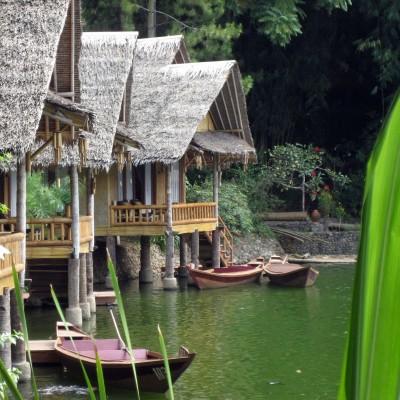 Bungalow pinggir danau di Kampung Sampireun, Garut