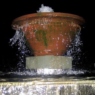 Air mancur kolam renang Kampung Sampireun malam hari