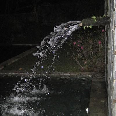 Air pancuran kolam renang Kampung Sampireun malam hari