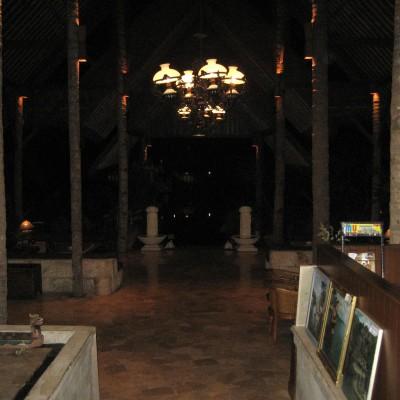 Lobby Kampung Sampireun malam hari