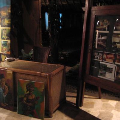 Meja staf di lobby Kampung Sampireun malam hari
