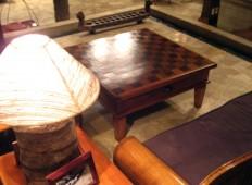 Meja tamu di lobby Kampung Sampireun malam hari