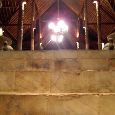 Tangga lobby Kampung Sampireun malam hari