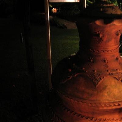 Ornamen di lingkungan Kampung Sampireun pada malam hari