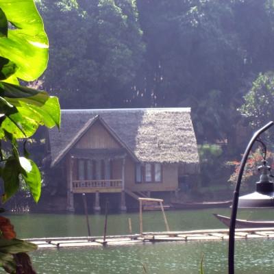 Suasana danau Kampung Sampireun, Garut