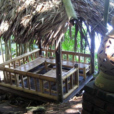 Saung tempat santai di Kampung Sampireun Resort dan Spa, Garut