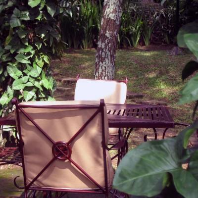 Meja outdoor tempat santai di Kampung Sampireun Resort dan Spa, Garut
