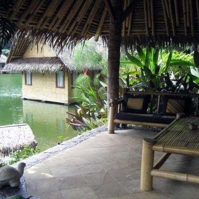 Bale-bale tempat santai di Kampung Sampireun Resort dan Spa, Garut