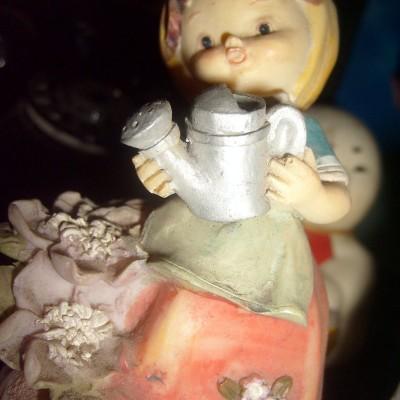 Boneka Hiasan Keramik - Wanita Siram Bunga