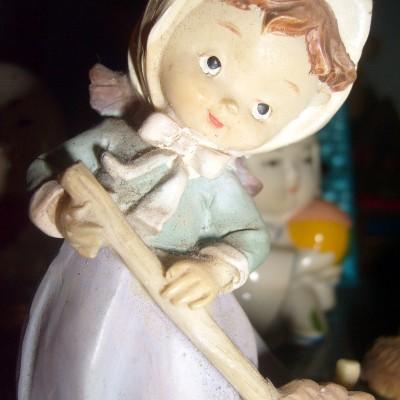 Boneka Keramik - Perempuan Eropa Nyapu