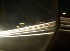 Perjalanan malam - cahaya lewat kaca spion