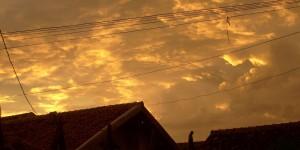 Langit sore - awan jingga bergulung-gulung