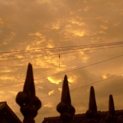 Langit sore awan jingga