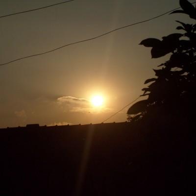 Pemandangan langit sore depan rumah 4