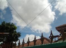 Pemandangan langit cerah di depan rumah
