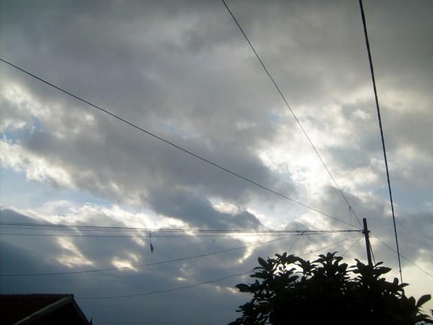 Pemandangan langit sore berawan dari teras rumah