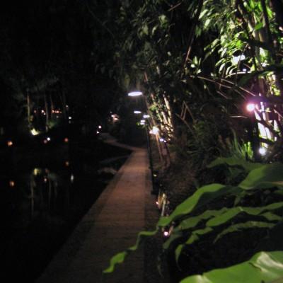 Suasana jalan setapak malam hari di Kampung Sampireun, Garut