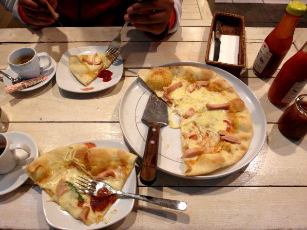 Foto seporsi Pizza tungku di kafe Coffee N' Friends