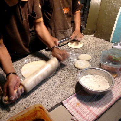 Proses pembuatan pizza tungku - menggiling adonan