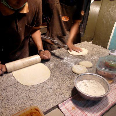 Proses pembuatan pizza tungku - giling adonan