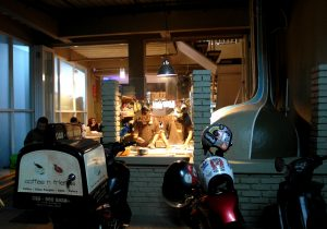Suasana kafe Coffee N' Friends - dapur tungku