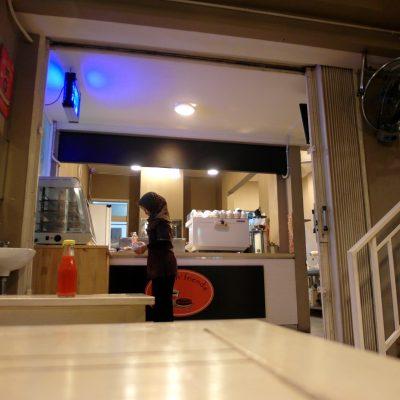 Suasana kafe Coffee N' Friends - pelayan membersihkan bekas makanan