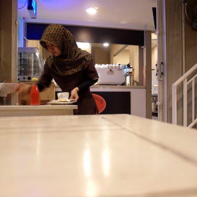 Suasana kafe Coffee N' Friends - pelayan membersihkan meja