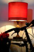 Sepeda di sudut ruangan dengan disinari sinar lampu meja
