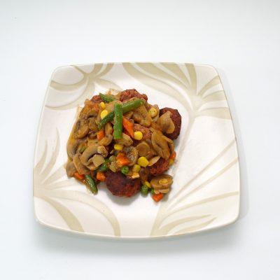 Bola daging saus jamur