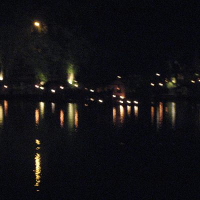 Cahaya lampu abstrak di Kampung Sampireun