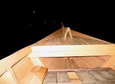 """""""Interior"""" perahu di Kampung Sampireun, Garut"""
