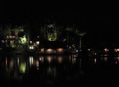 Pemandangan lampu bungalow Kampung Sampireun pada malam hari