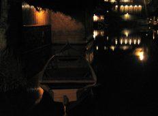 "Perahu sedang ""parkir"" di pinggir danau Sampireun, Garut."