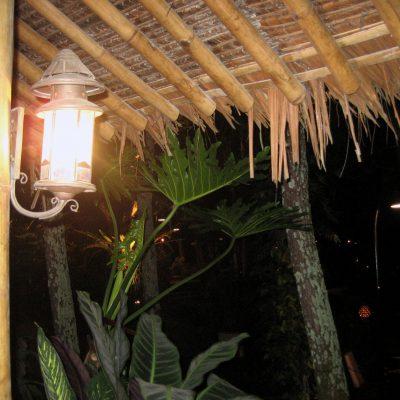 Saung di pinggir danau Kampung Sampireun - lampu