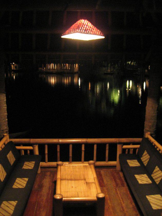 Saung di pinggir danau Kampung Sampireun - meja